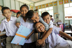 Asiatische Schulgruppe in der Uniform, die mit Kamera spielt Stockbilder