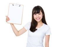 Asiatische Show der jungen Frau mit dem Klemmbrett Stockbild