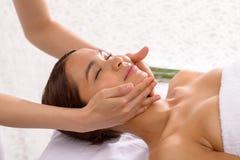 Asiatische skincare Frau, die Gesichtshaut, Auffrischungskonzept der Hautpflege verwöhnt Stockbilder