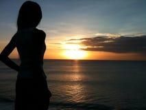 Asiatische Sonneninsel Indonesien der Sonnenuntergangschönheitsnaturmeerblickfrau Lizenzfreie Stockbilder
