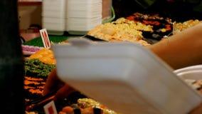 Asiatische Sushi auf dem Zähler im Nachtlebensmittelmarkt von Jomtien Pattaya, Thailand stock video footage