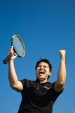 Asiatische Tennisspielerfreude am Gewinnen Lizenzfreies Stockbild