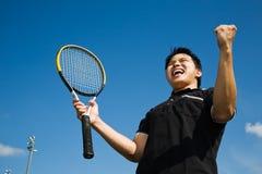 Asiatische Tennisspielerfreude im Sieg Stockfotos