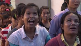Asiatische Textilindustrie-Fabrik: Menge von den Arbeitskräften, die Ende des Tages lassen stock video