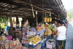 Asiatische thailändische alte Frauen prüfen, kaufende marianische Pflaume oder gandaria oder Pflaumenmango am lokalen Geschäft in stockbilder