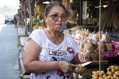 Asiatische thailändische alte Frauen prüfen, kaufende marianische Pflaume oder gandaria oder Pflaumenmango am lokalen Geschäft in lizenzfreie stockfotografie