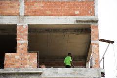 Asiatische thailändische Arbeitskräfte und Arbeitserbauerneubau der lokalen Maschinerie Stockbild