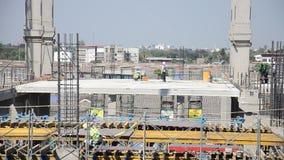 Asiatische thailändische Arbeitskräfte und Schwermaschinenarbeitserbauerneubau am Bau sitzen stock footage