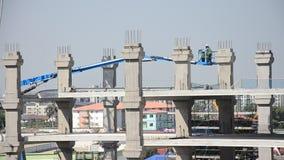 Asiatische thailändische Arbeitskräfte und Schwermaschinenarbeitserbauerneubau am Bau sitzen stock video
