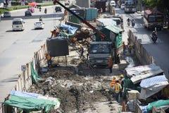 Asiatische thailändische Arbeitskräfte und Schwermaschinenarbeitserbauerneubau an der Baustelle von Thailand Stockfotos