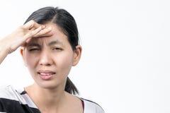 Asiatische thailändische Frauen, die Kopfschmerzen auf weißem Hintergrund erhalten lizenzfreies stockfoto