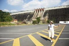 Asiatische thailändische Frauen reisen, aufwerfend und bei Khun Dan Prakan Chon Dam in Nakhon Nayok, Thailand spielend lizenzfreie stockfotografie