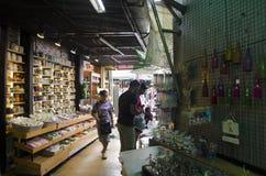 Asiatische thailändische Leute- und Ausländerreisende gehendes Einkaufen und Besuch am Chatuchak-Wochenenden-Markt Stockbild