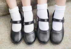 Asiatische thailändische Mädchenschulmädchen-Studentenfüße mit schwarzem Lederschuh Stockfotografie