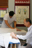 Asiatische Therapeuten gibt Fuß Lizenzfreies Stockbild