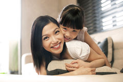 Asiatische Tochter umarmt Mutter Stockfoto