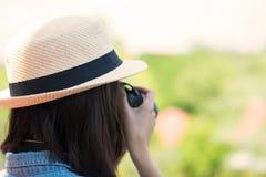 Asiatische Touristen der Frauen, die den Hut hält eine Kamera tragen Stockbild
