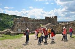 Asiatische Touristen in Tsarevets-Festung, Veliko Tarnovo, Bulgarien lizenzfreie stockfotos