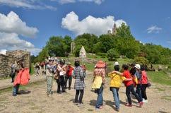 Asiatische Touristen in Tsarevets-Festung, Veliko Tarnovo, Bulgarien lizenzfreies stockfoto