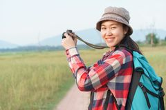 Asiatische touristische Frau, die Foto durch Digitalkamera auf Naturbergblick macht Ein junges M?dchen reist auf Sommerferien stockfotografie