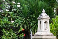 Asiatische traditionelle Steinlaterne im Freien in einem tropischen Garten Lizenzfreie Stockfotos
