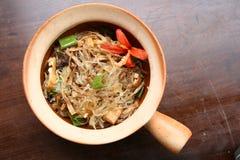 Asiatische traditionelle vegetarische Nahrung mit Suppennudeln Stockbilder