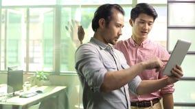 Asiatische Unternehmensleute, die Geschäft im Büro besprechen stock footage