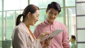 Asiatische Unternehmensleute, die Geschäft im Büro besprechen stock video