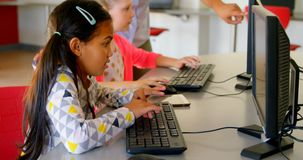 Asiatische unterrichtende Schulkinder des weiblichen Lehrers auf Computer in der Schule 4k stock video footage