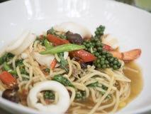 Asiatische würzige Spaghettis mit Meeresfrüchten und Kraut Lizenzfreie Stockfotos