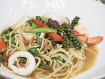 Asiatische würzige Spaghettis mit Meeresfrüchten und Kraut und Kraut Lizenzfreies Stockbild