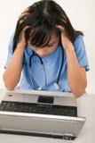 Asiatische weibliche Gesundheitspflegearbeitskraft der attraktiven Dreißigerjahre Lizenzfreies Stockfoto
