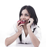 Asiatische weibliche Unterhaltung auf ihrer Zelle Lizenzfreies Stockfoto