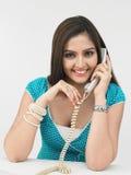 Asiatische weibliche Unterhaltung im Telefon Lizenzfreies Stockbild