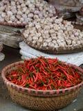 Asiatische Weidenkörbe voll des Knoblauchs und der heißen roten Pfeffer Lizenzfreies Stockfoto