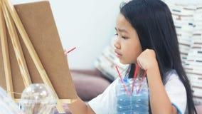 Asiatische Zeichnungs- und Malereipapierkunst des kleinen Mädchens für Bildungskonzept stock video