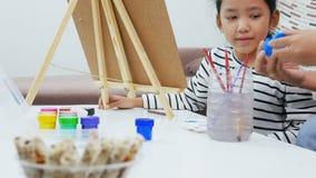 Asiatische Zeichnungs- und Malereipapierkunst des kleinen Mädchens für Bildungskonzept stock video footage