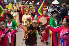 Asiatische Zivilkünstler, die geistige Tätigkeiten durchführen Lizenzfreie Stockbilder