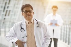 Asiatischer älterer Doktor stockbilder