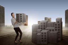 Asiatischer anhebender Block der Geschäftsfrau der Stadt Stockfotografie