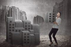 Asiatischer anhebender Block der Geschäftsfrau der Stadt Lizenzfreies Stockbild