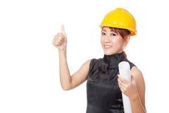 Asiatischer Architektenmädchenabnutzungshardhat und -show greifen oben ab Lizenzfreies Stockbild