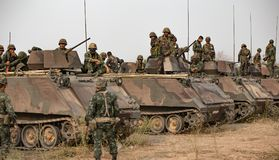 Asiatischer Armeesoldat mit Gewehr während der militärischen Operation auf dem Gebiet lizenzfreie stockfotografie