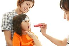 Asiatischer Arzt und Kind. Stockbilder