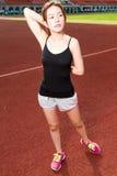 Asiatischer Athlet, der bevor dem Rütteln ausdehnt Stockfotografie