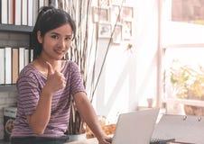 Asiatischer Büroangestellter, der sich Daumen zeigt lizenzfreies stockbild