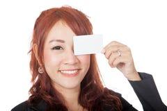 Asiatischer Büromädchenabschluß ihr Auge mit einer leeren Karte Stockbilder