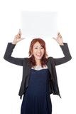 Asiatischer Büromädchengriff ein leeres Zeichen mit beiden überreichen ihren Kopf Stockfotos