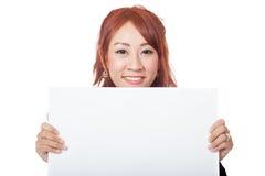 Asiatischer Büromädchengriff ein leeres Zeichen mit der Hand und Lächeln Lizenzfreie Stockfotografie