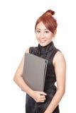 Asiatischer Büromädchengriff ein Ordner und ein Lächeln Stockbild